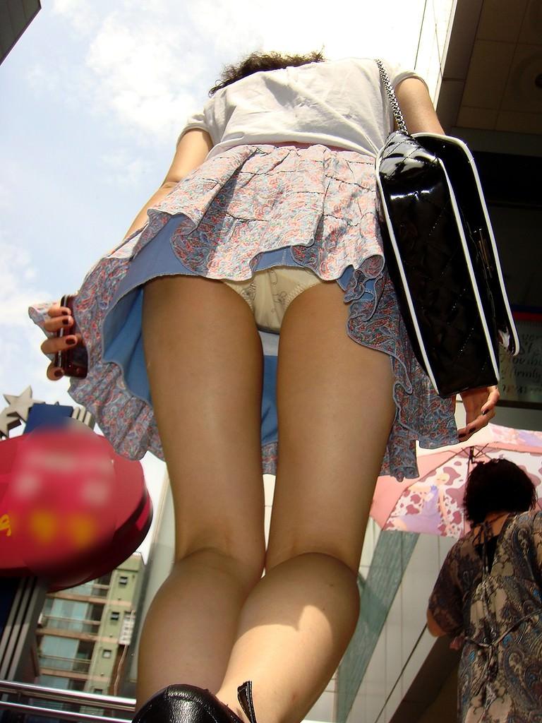 街ですれ違った女のパンツが無性に見たい欲求を満たしてくれる逆さパンチラ画像 1949