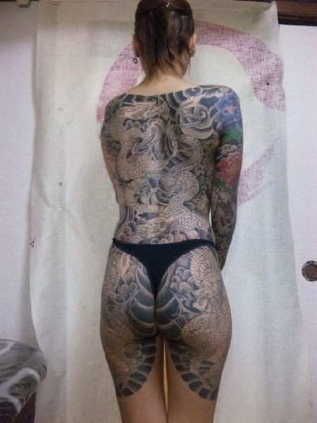 コスプレ感覚で大事な女体に刺青が彫ってる強面エロ画像 1974