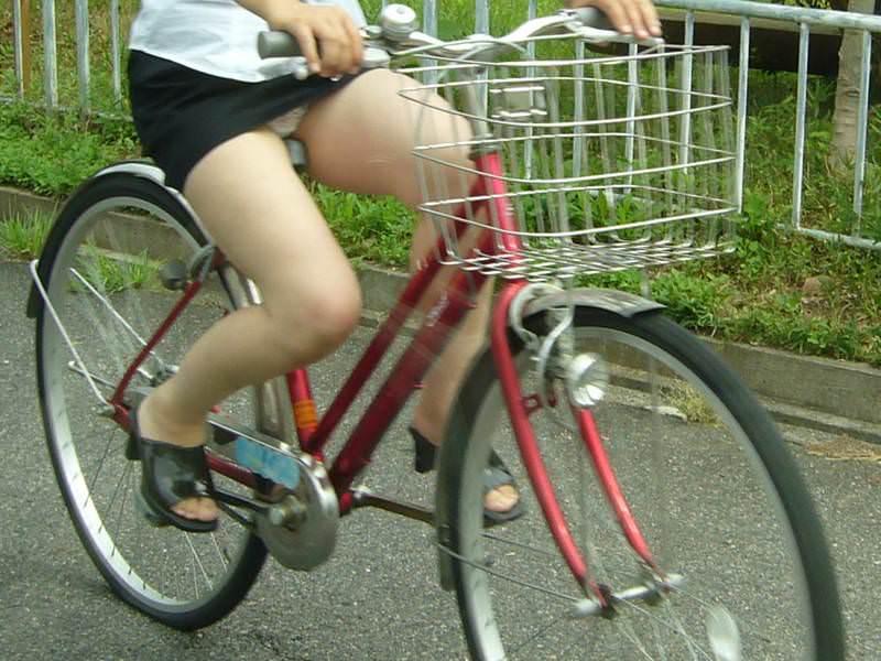 自転車に乗るお姉さんの動くまんこに馴染んだパンチラ画像 2019