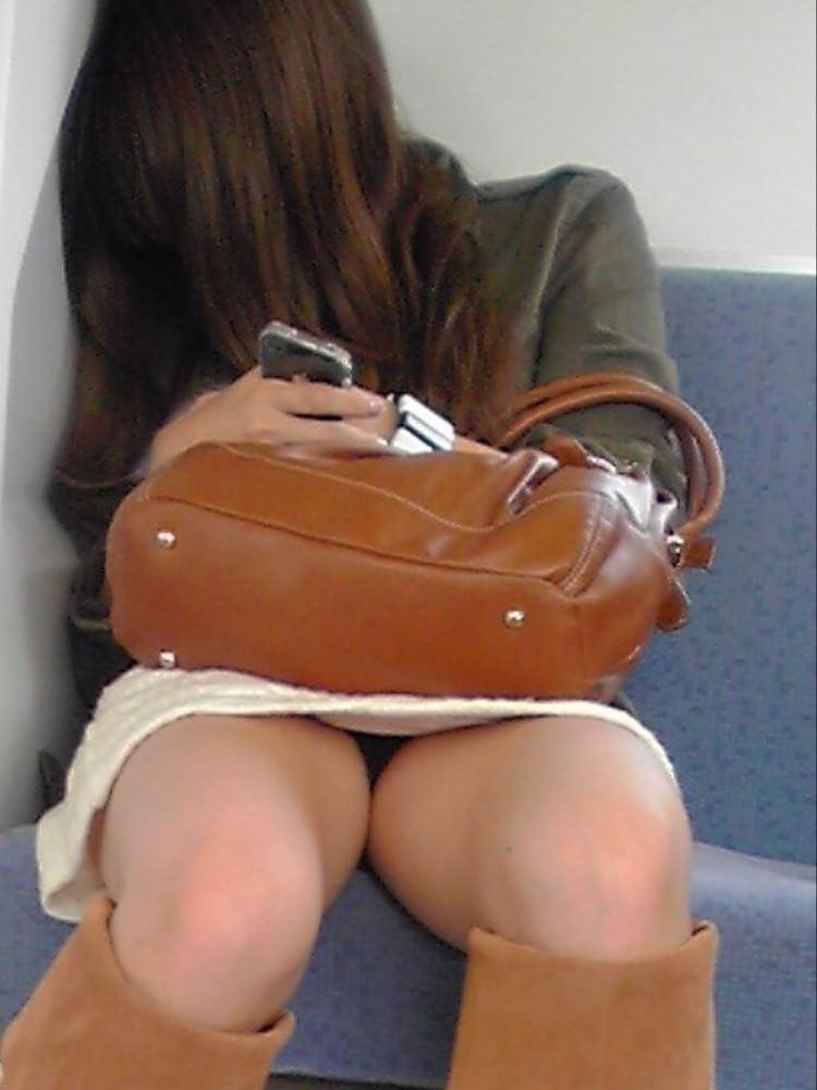 仕事や遊びに疲れて電車で寝てる女の緩んだ股間のパンチラ画像 2030