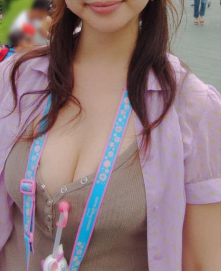ガチ巨乳の素人娘がはち切れそうな着衣おっぱいを披露する街撮りエロ画像 2042