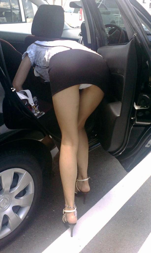 車でパンチラをコンセプトに撮影した変態素人妻のエロ画像 2058