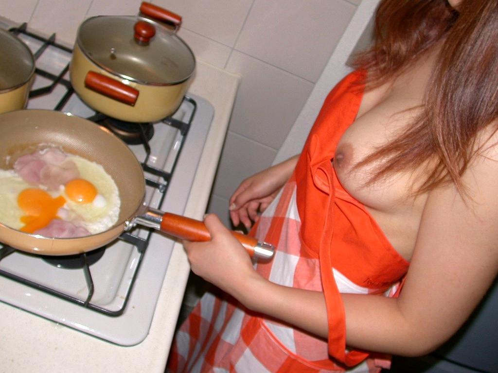 ガチ素人の夫婦が撮影した裸エプロンwww毎晩奥さんと変態プレイで燃えまくりwww 2117 1