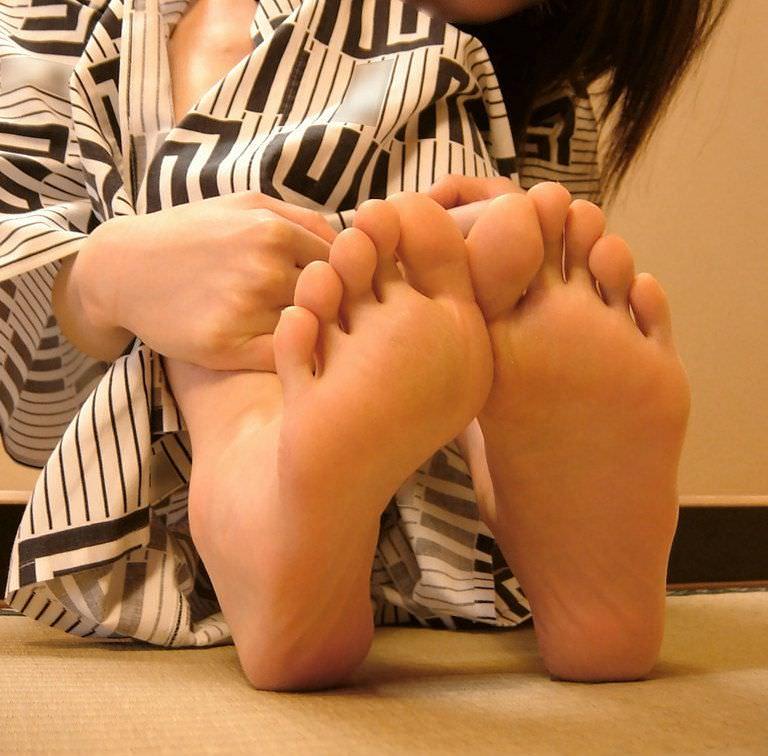 臭いほど勃起力が増すギャルやOLのパンスト足や生足のエロ画像 2122
