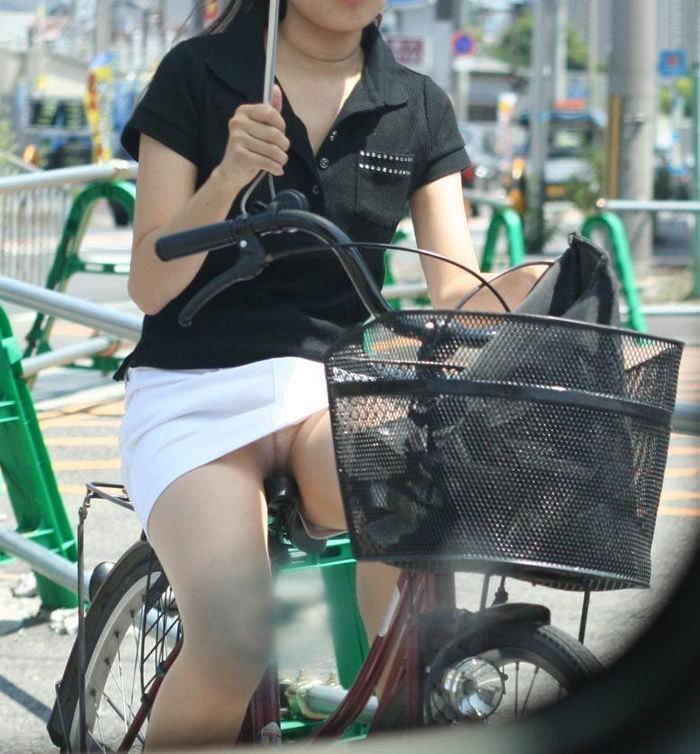 自転車に乗るお姉さんの動くまんこに馴染んだパンチラ画像 2123