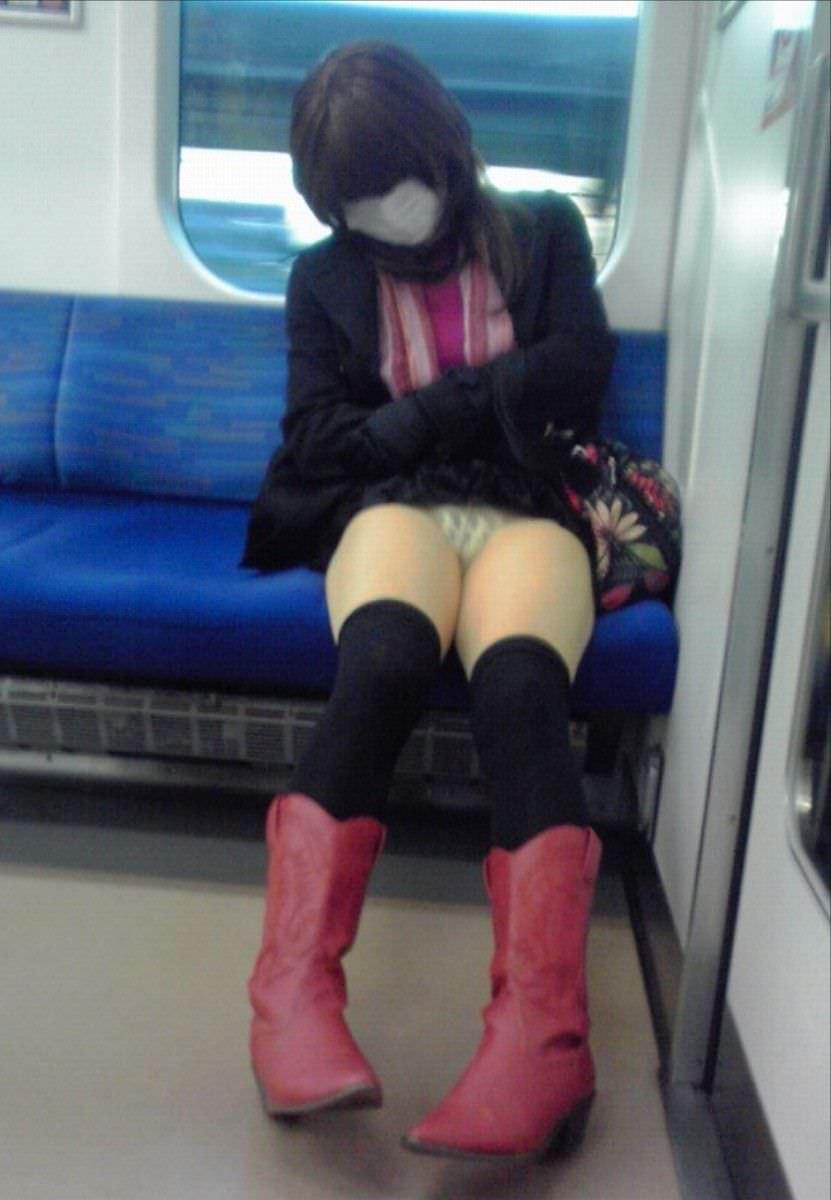 仕事や遊びに疲れて電車で寝てる女の緩んだ股間のパンチラ画像 2137