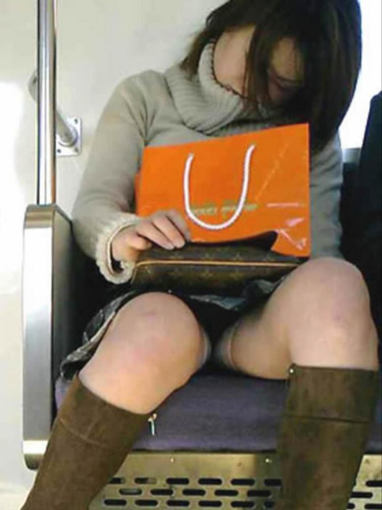 仕事や遊びに疲れて電車で寝てる女の緩んだ股間のパンチラ画像 2138