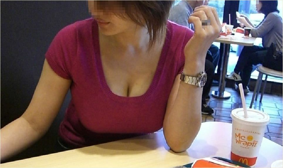 ガチ巨乳の素人娘がはち切れそうな着衣おっぱいを披露する街撮りエロ画像 2175