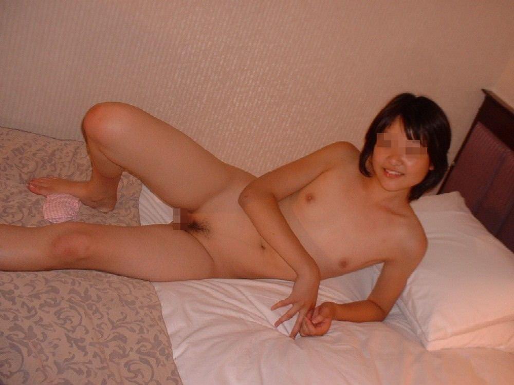 セックスに疲れた彼女がベッドに横たわる姿をネットに流出させたエロ画像 2195