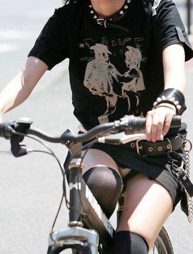 自転車に乗るお姉さんの動くまんこに馴染んだパンチラ画像 2217