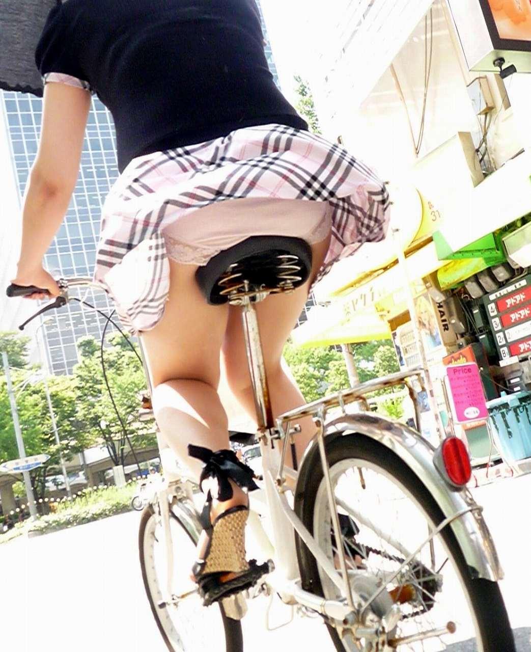 自転車に乗るお姉さんの動くまんこに馴染んだパンチラ画像 2315