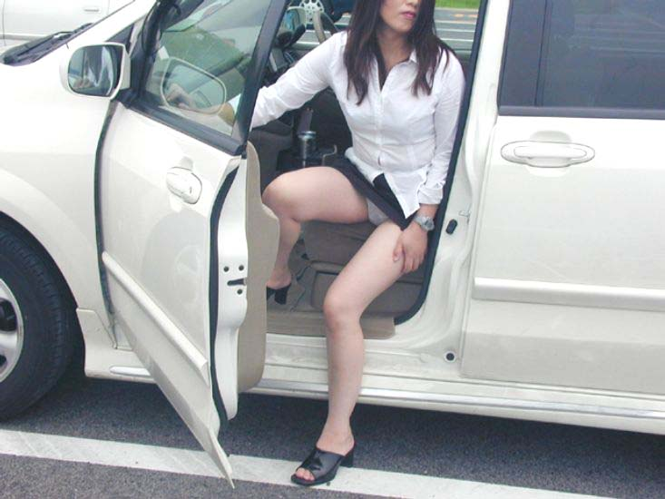車でパンチラをコンセプトに撮影した変態素人妻のエロ画像 2340