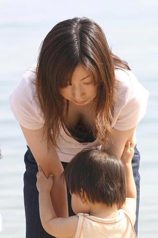子育て中のママさんの使い込まれたまんこが隠れてるパンチラエロ画像 239