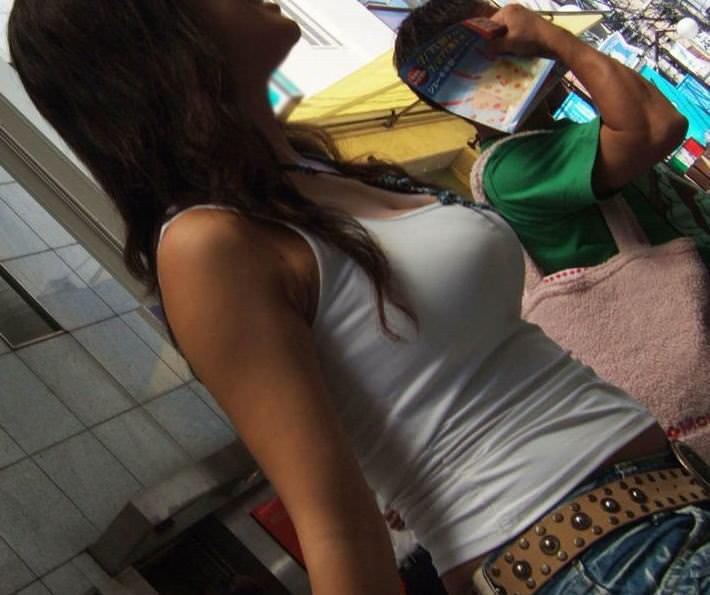 ガチ巨乳の素人娘がはち切れそうな着衣おっぱいを披露する街撮りエロ画像 2424