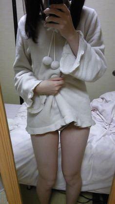 寝る前のパジャマ姿が可愛い素人娘のエロ画像 2441