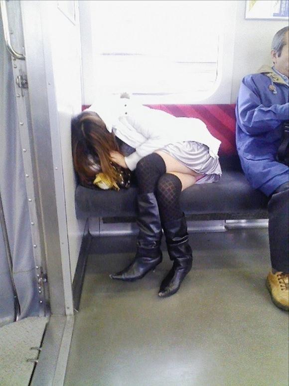 仕事や遊びに疲れて電車で寝てる女の緩んだ股間のパンチラ画像 2516