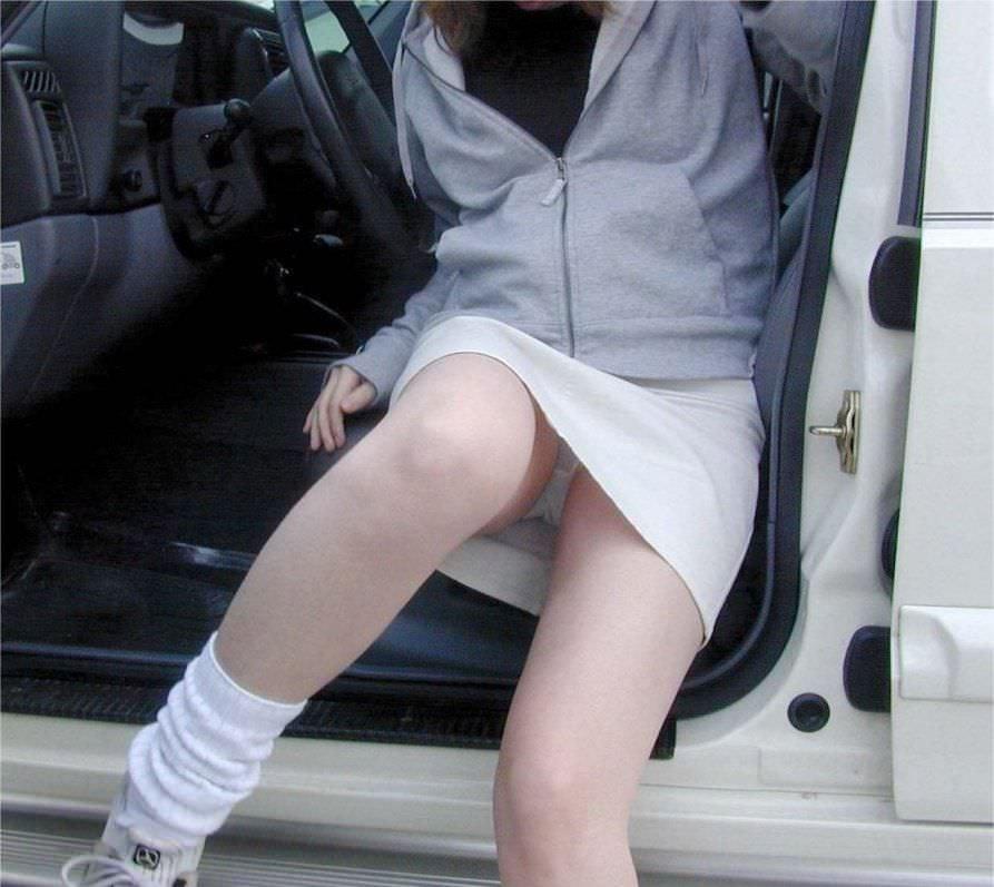 車でパンチラをコンセプトに撮影した変態素人妻のエロ画像 2535