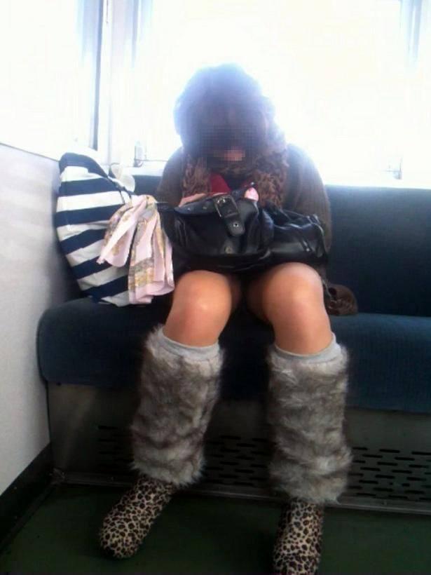 仕事や遊びに疲れて電車で寝てる女の緩んだ股間のパンチラ画像 2614