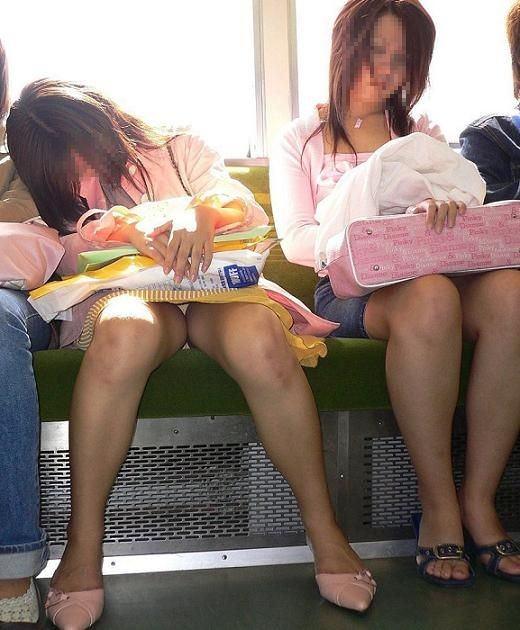 仕事や遊びに疲れて電車で寝てる女の緩んだ股間のパンチラ画像 2714