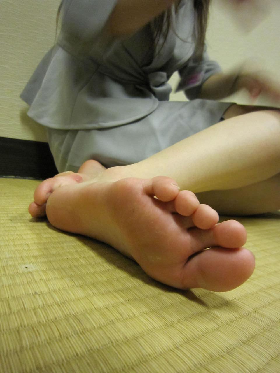 臭いほど勃起力が増すギャルやOLのパンスト足や生足のエロ画像 288