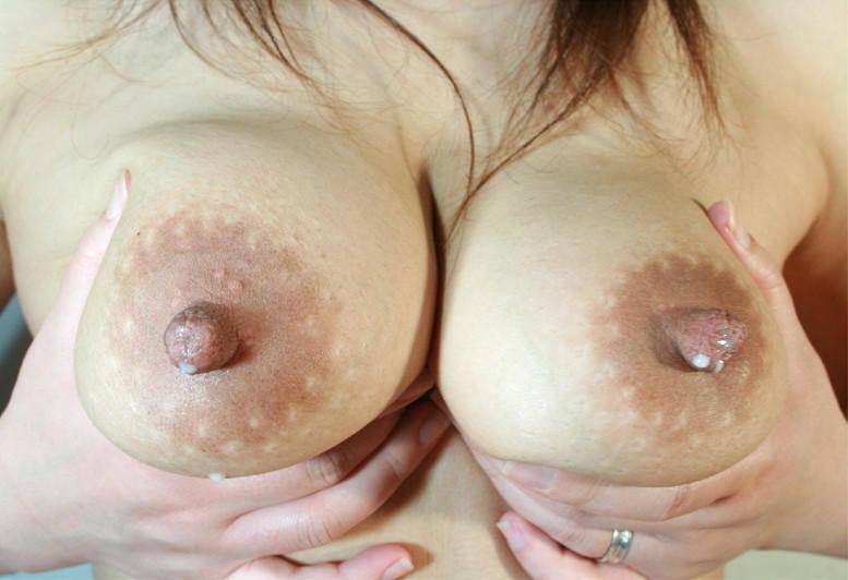 乳首からドピュッと母乳が発射してる人妻エロ画像 2920