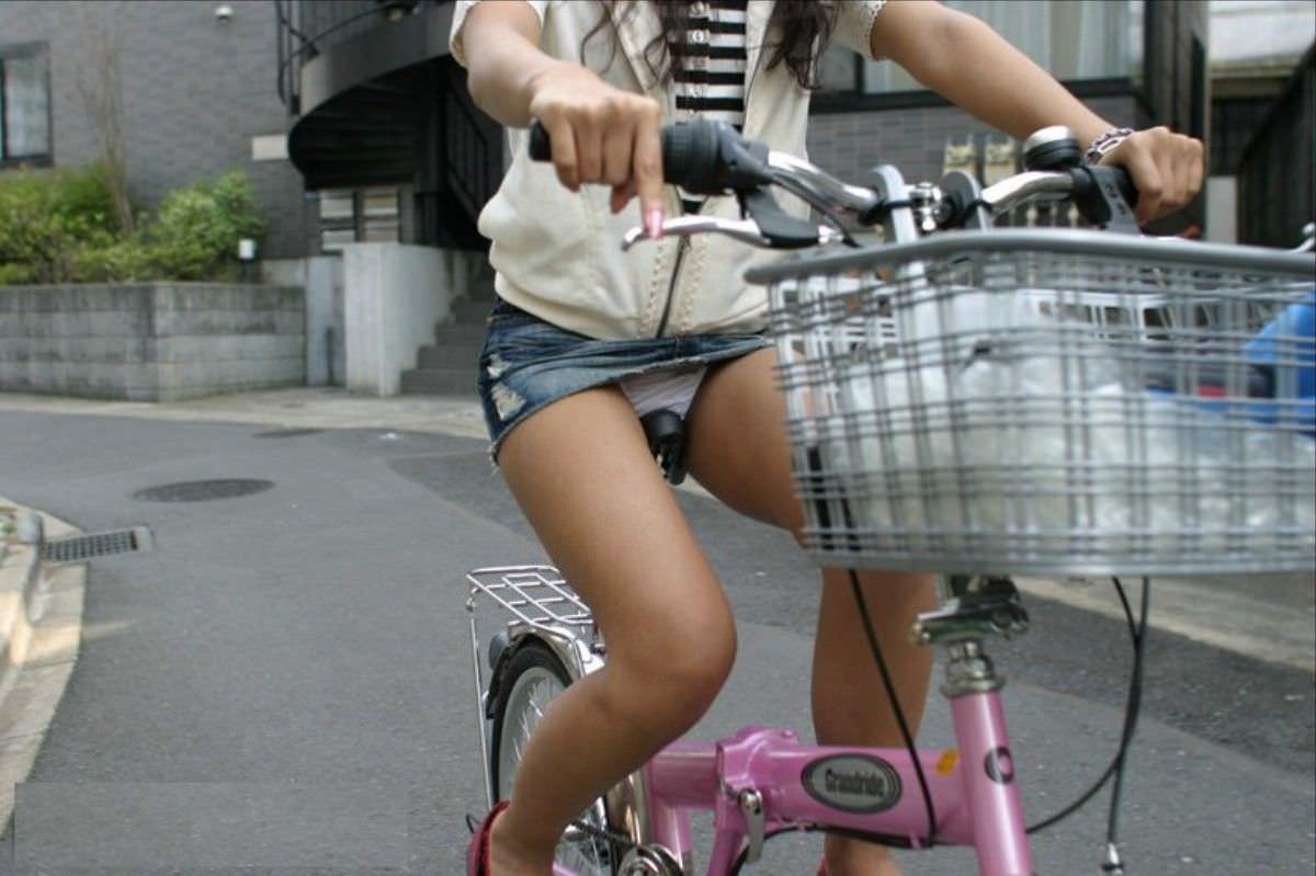 自転車に乗るお姉さんの動くまんこに馴染んだパンチラ画像