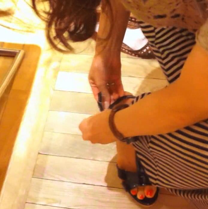 ワンピース着たガチで激カワのショップ店員のパンチラ胸チラ隠し撮りエロ画像 299