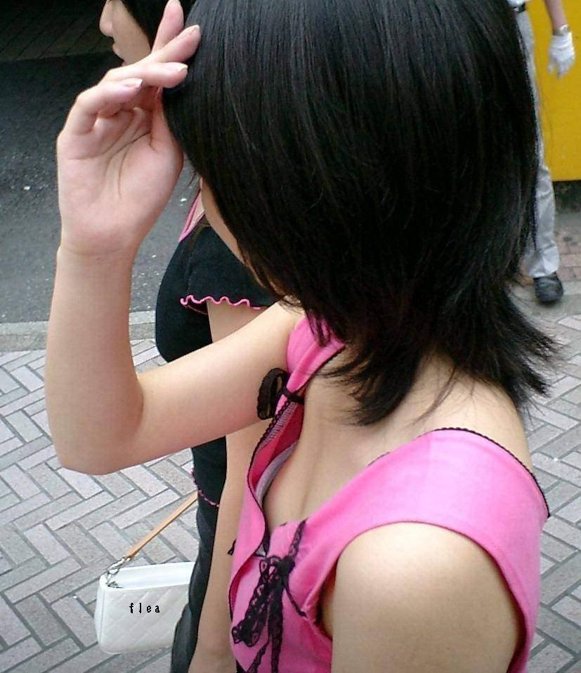 乳首見えてないけどじーっとガン見しちゃう街撮り胸チラおっぱいエロ画像 301