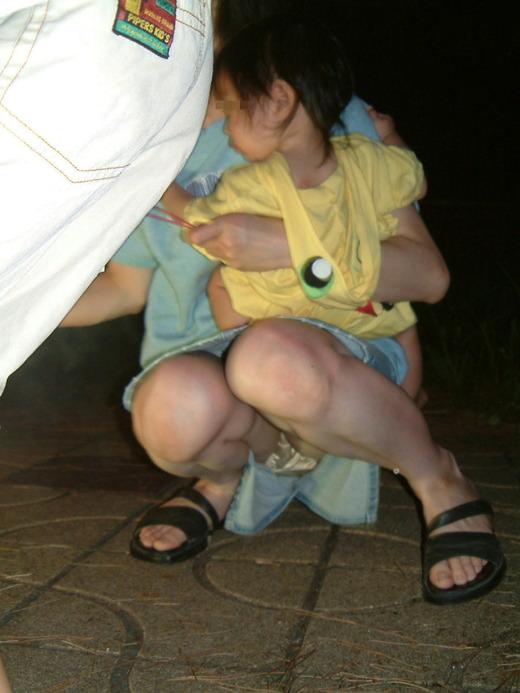 子育て中のママさんの使い込まれたまんこが隠れてるパンチラエロ画像 312