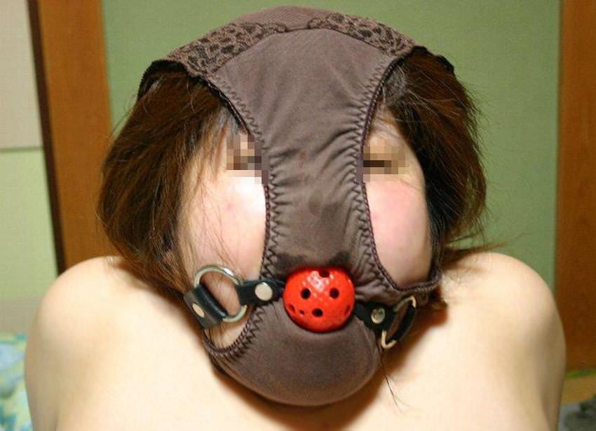 ドSな彼氏に変態仮面させられた可哀想な彼女のパンティー被ったおふざけエロ画像 374