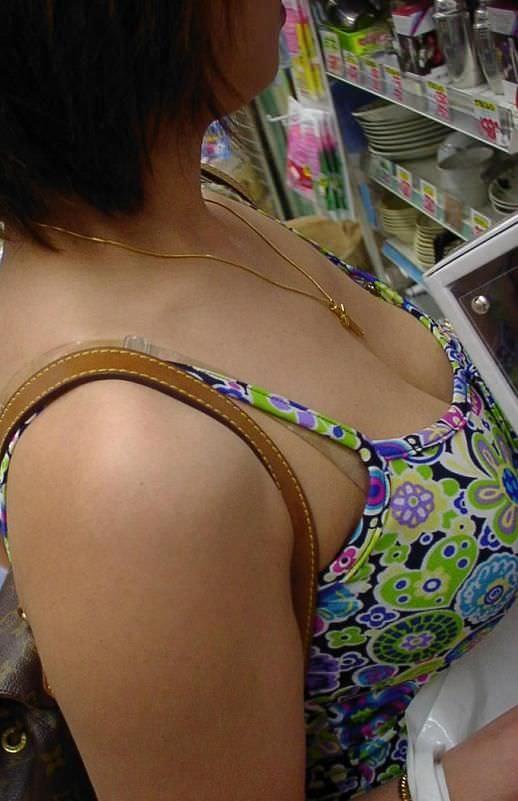 ガチ巨乳の素人娘がはち切れそうな着衣おっぱいを披露する街撮りエロ画像 381