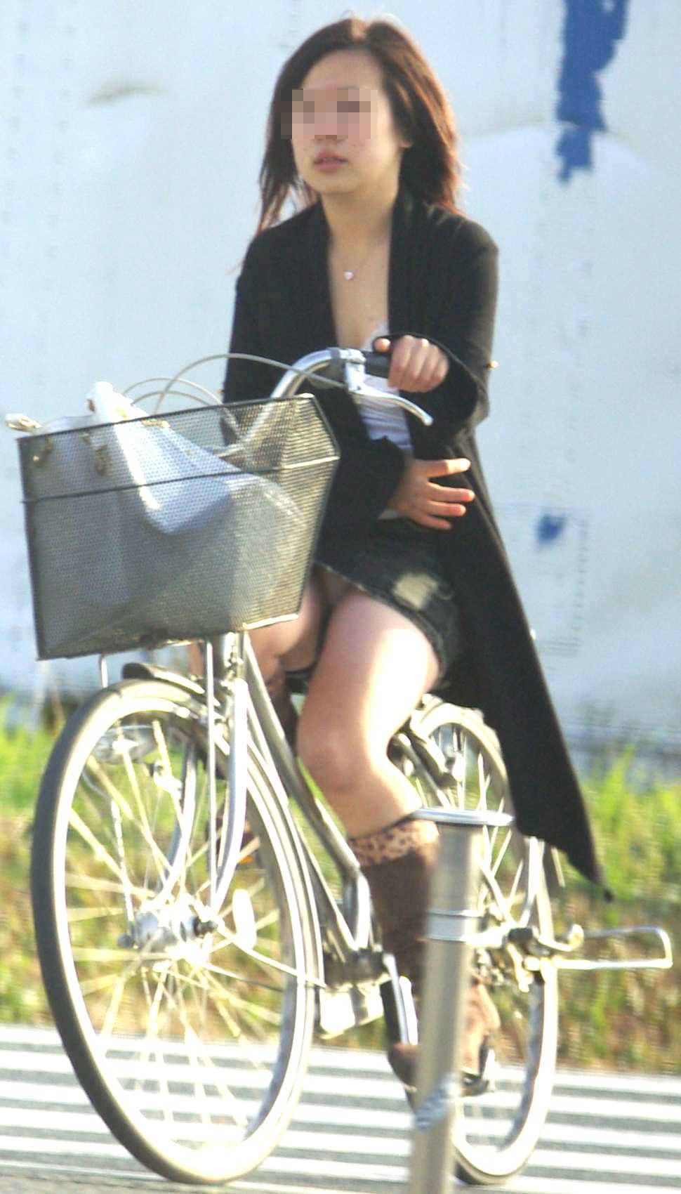 自転車に乗るお姉さんの動くまんこに馴染んだパンチラ画像 428