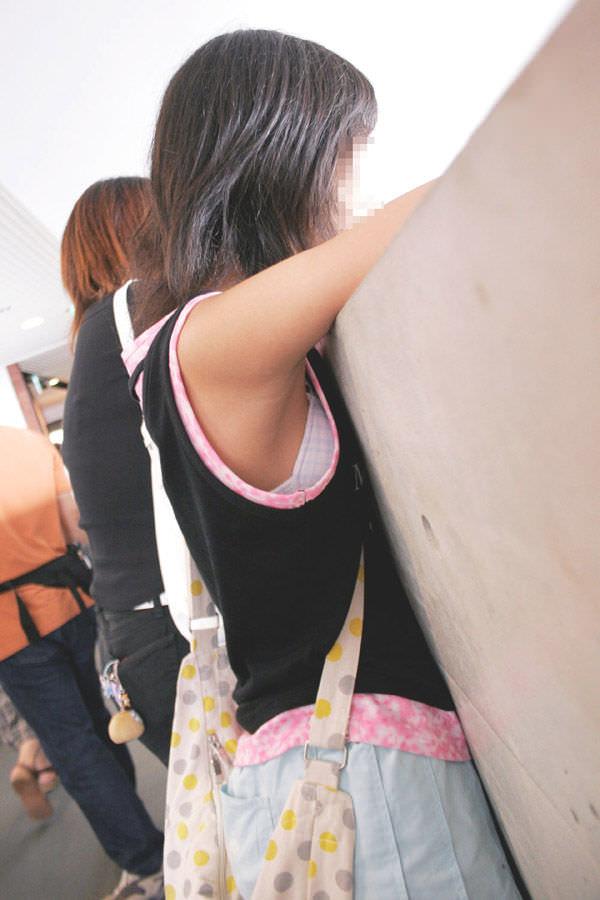 脇横から覗く乳首が可愛い胸チラおっぱいエロ画像 437