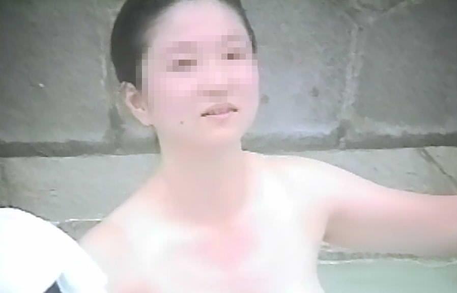 偶然可愛い女の子を隠し撮り出来た露天風呂のエロ画像 442