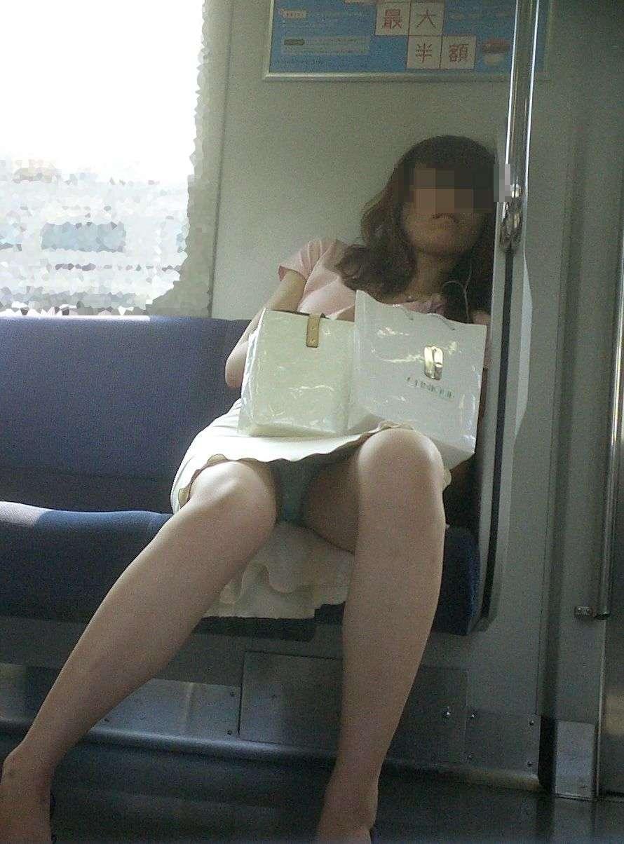 仕事や遊びに疲れて電車で寝てる女の緩んだ股間のパンチラ画像 548