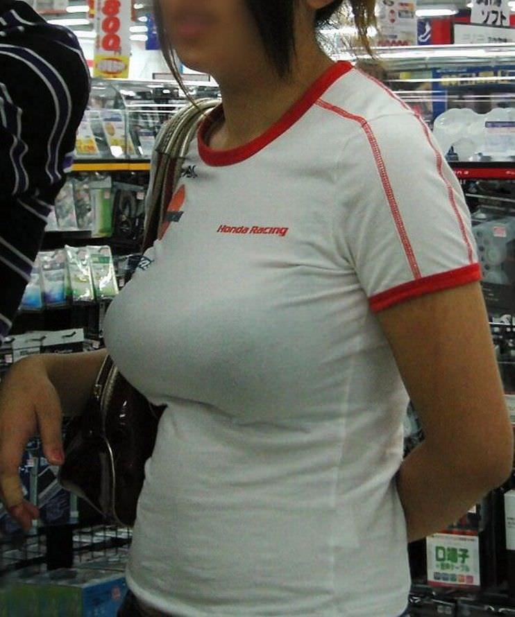 ガチ巨乳の素人娘がはち切れそうな着衣おっぱいを披露する街撮りエロ画像 574