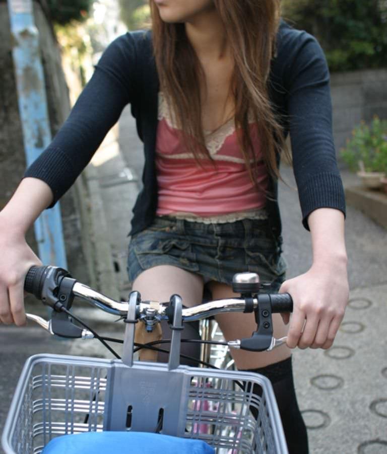 自転車に乗るお姉さんの動くまんこに馴染んだパンチラ画像 629