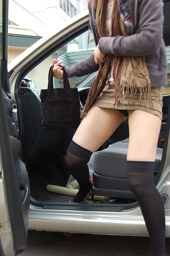 車でパンチラをコンセプトに撮影した変態素人妻のエロ画像 698