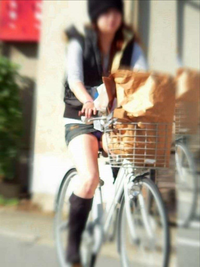 自転車に乗るお姉さんの動くまんこに馴染んだパンチラ画像 729
