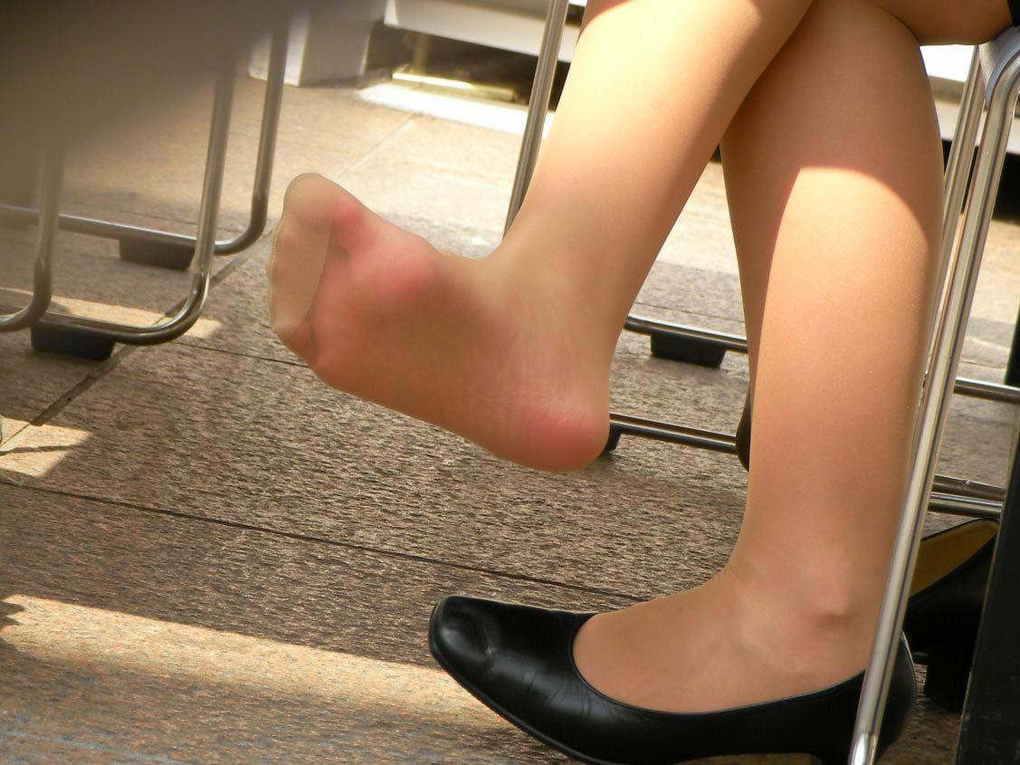 臭いほど勃起力が増すギャルやOLのパンスト足や生足のエロ画像 826