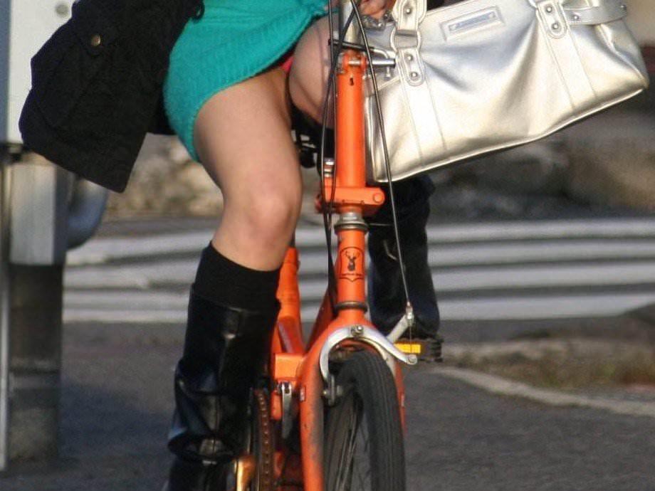 自転車に乗るお姉さんの動くまんこに馴染んだパンチラ画像 829