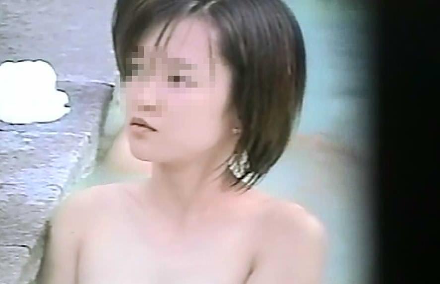偶然可愛い女の子を隠し撮り出来た露天風呂のエロ画像 843