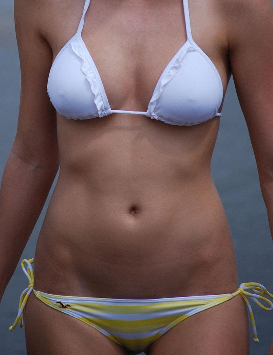 パンチラで騒ぐ女どもが夏はビキニでおっぱまで開放してるエロ画像 9105