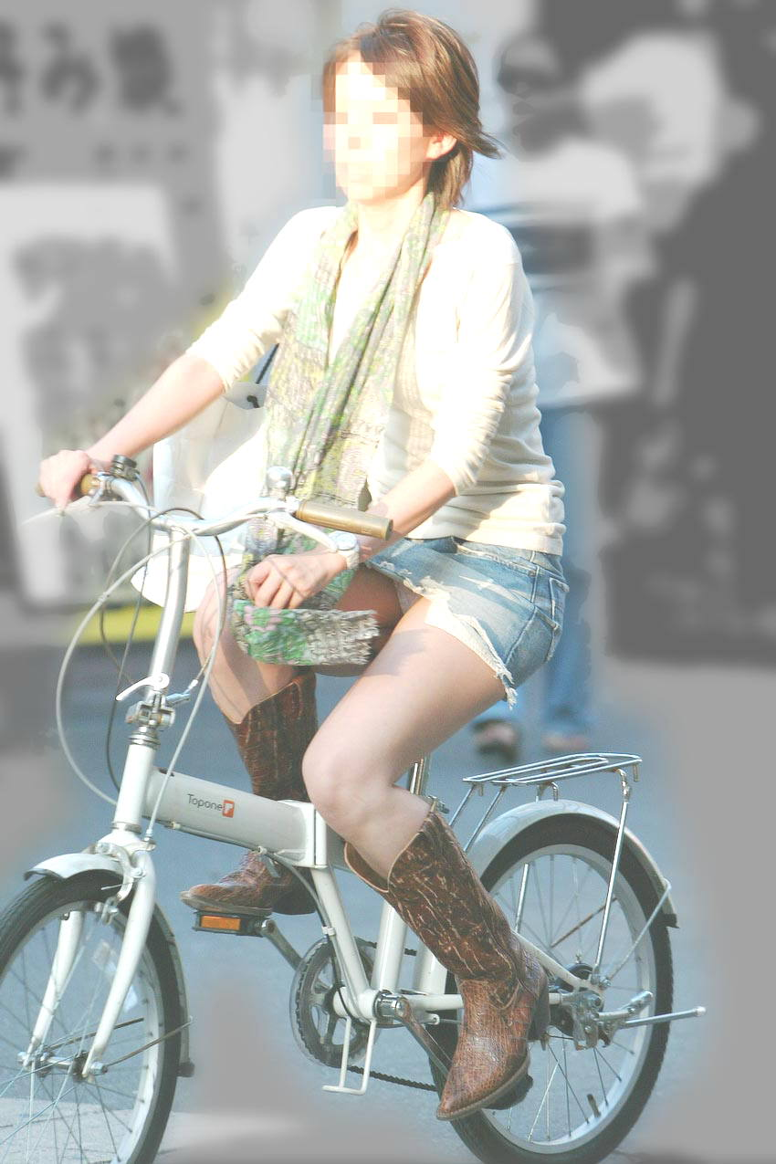 自転車に乗るお姉さんの動くまんこに馴染んだパンチラ画像 929