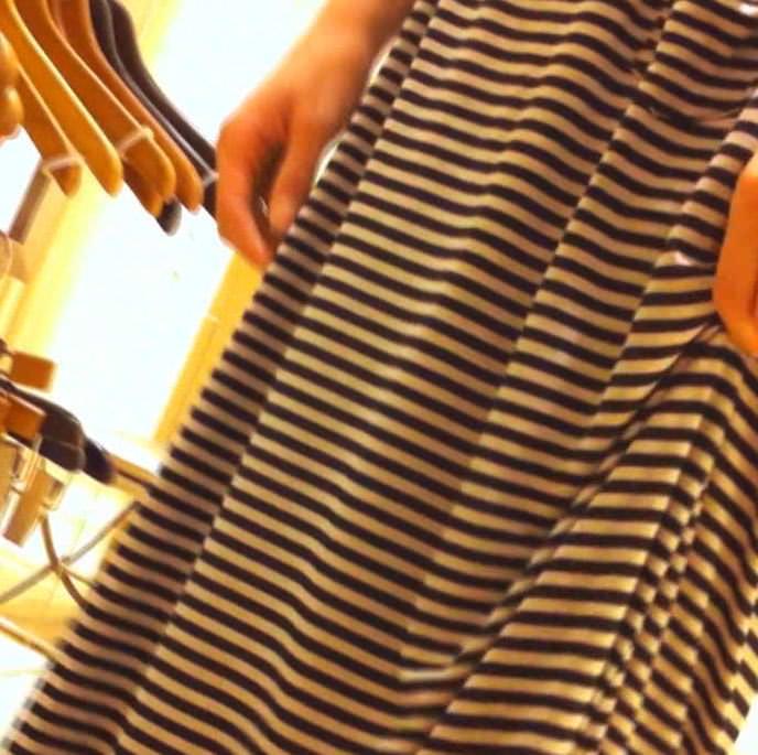 ワンピース着たガチで激カワのショップ店員のパンチラ胸チラ隠し撮りエロ画像 931