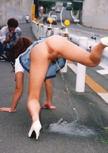 まんこから流れ出るオシッコをまき散らす露出狂女の放尿エロ画像 955