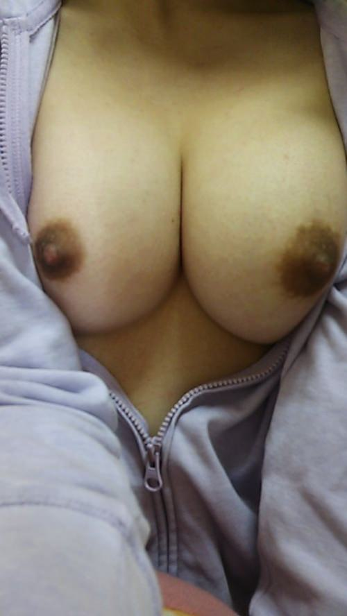 Eカップ美巨乳素人が自画撮りした乳輪と乳首が黒くてエロいおっぱいのエッチ画像がタマランチwww 0534