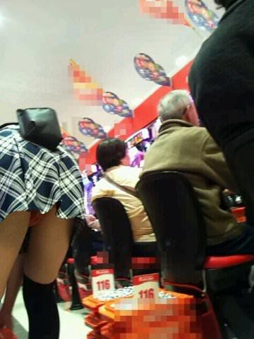 パチンコ店で働く素人お姉さんの逆さ撮り、ローアングルパンチラ画像!!!!!!!!! 0835