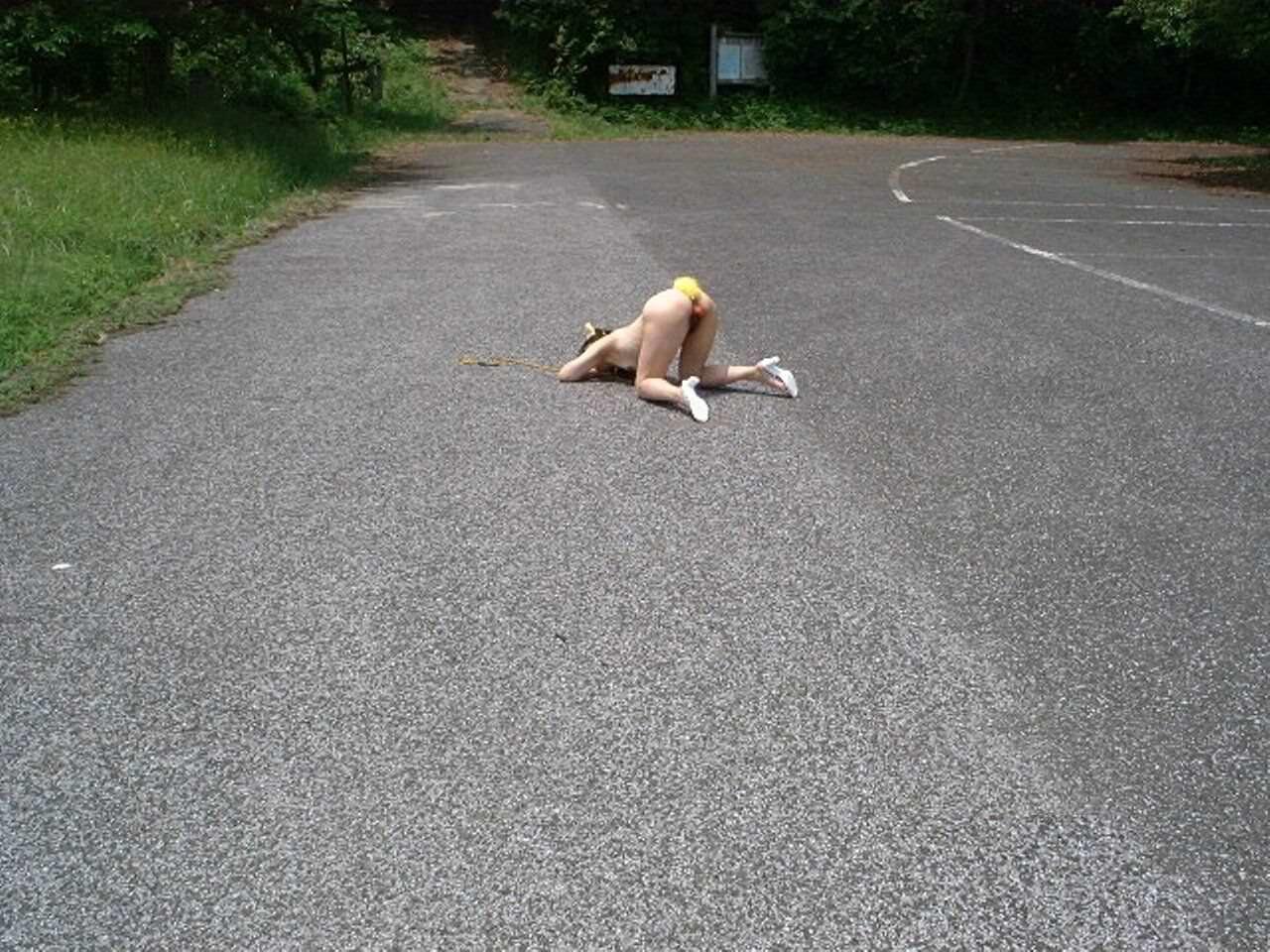 ド変態な露出狂女を遠目から撮影した素人エロ画像 10111