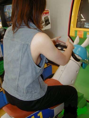 胸元ゆるい女は股も緩そうな印象を受ける胸チラ乳首の素人エロ画像 10114